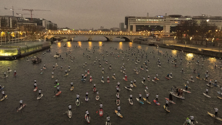 SUP Race – 'Nautic Paris Crossing' : Steeve Teihotaata traverse Paris en SUP.