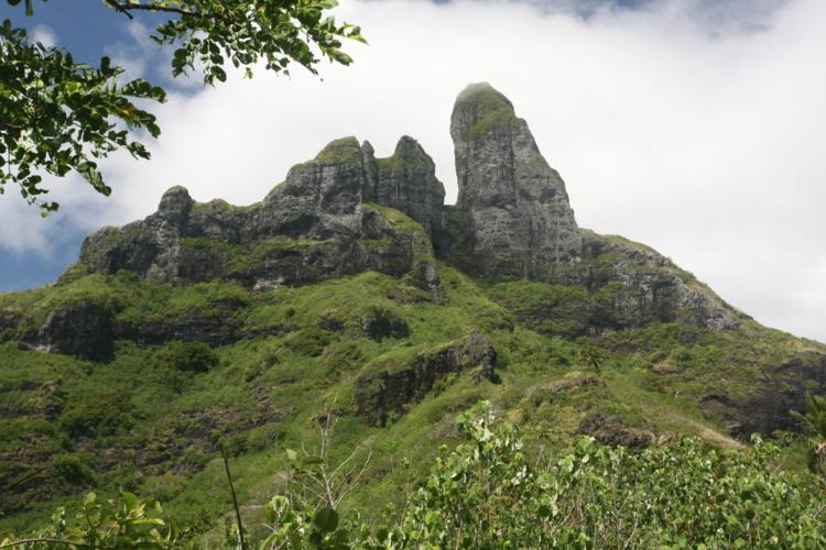 Avant le départ, l'objectif est bien visible à la base de la dent (creuse) du mont Otemanu. En moins de trois heures, le randonneur sera dans l'ombre de la grotte.