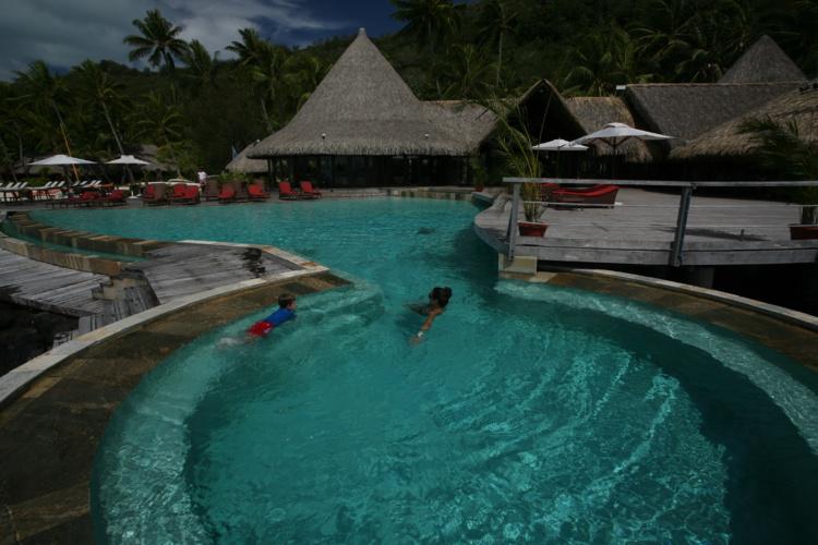 Après une telle ascension, une seule façon de se délasser, un bon bain dans le lagon ou une piscine ; ici celle de l'hôtel Sofitel Marara