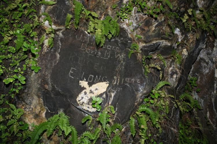 Au fond de la grotte, des graffitis indiquent que les Américains, en 1942, venaient déjà se balader ici. Une Doris y a eu un rendez-vous… galant ?