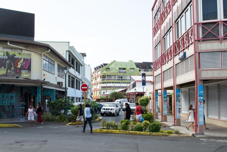 La même rue aujourd'hui, avec le fare Loto à droite et le nouveau marché au fond.