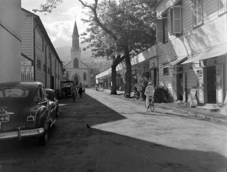 La rue Jeanne d'Arc en 1952 avec l'Hotel Tiare, le magasin Rose-Marie et le garage Guilbert.