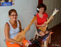 Éline (à droite), élève de l'école Tupuna 'Ukulele, avec une copine qu'elle s'est faite aux cours.