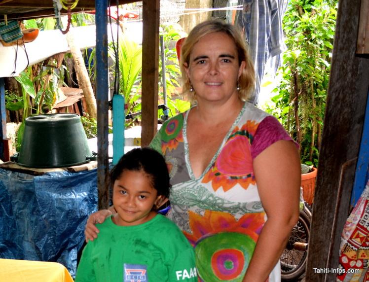 Laetitia Le Bars avec la petite Manatearii, qui a suivi ses cours d'informatique et vient de recevoir un ordinateur