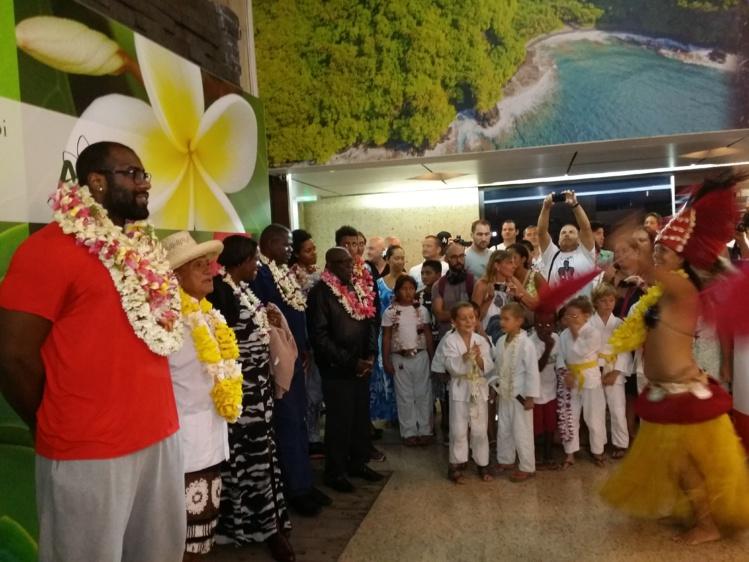 Le champion Teddy Riner accueilli par ses nombreux fans à Tahiti
