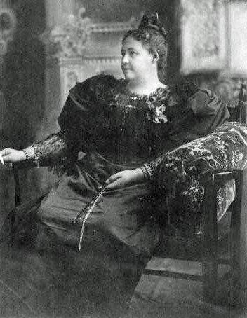 Une photo d'Emma Coe en 1896, à San Francisco, cliché qu'elle envoya à sa sœur, Laura Coe.