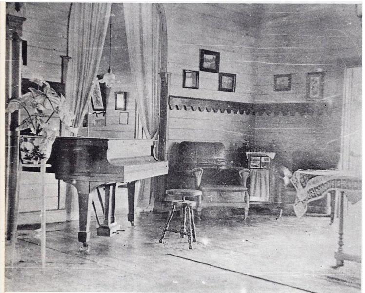 Le célèbre piano à queue, sans doute unique à cette époque en Nouvelle-Guinée, qui trônait dans le salon de Queen Emma. (Photo Roland Seib. East New Britain Historical and Cultural Centre, Kokopo)