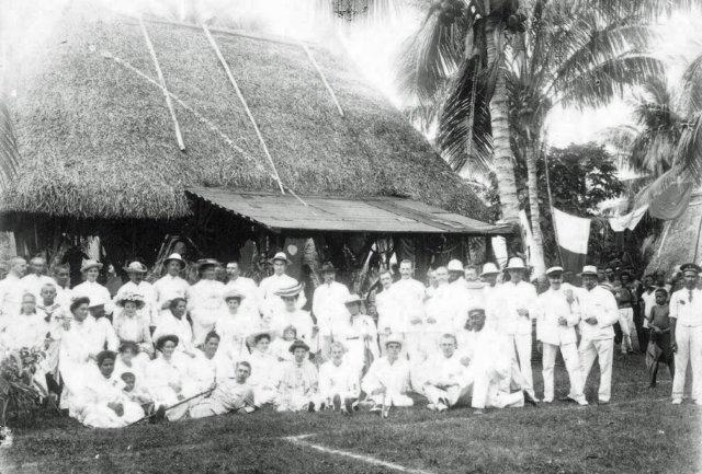 Emma Coe et sa famille, alors qu'elle est la femme la plus riche de Nouvelle-Guinée et, peut-être, de toute l'Océanie.