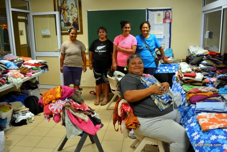 Les sœurs de la société secours de l'église de Jésus-Christ des saints des derniers jours, de la paroisse de Faaripo, et du pieu de Mahina, en train de trier une partie du linge donné par les Polynésiens.