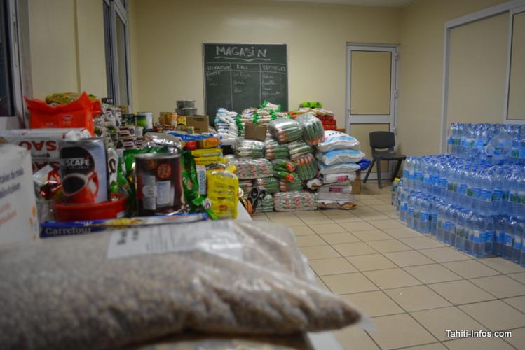 La salle contenant les vivres et les bouteilles d'eau reçus à l'église.