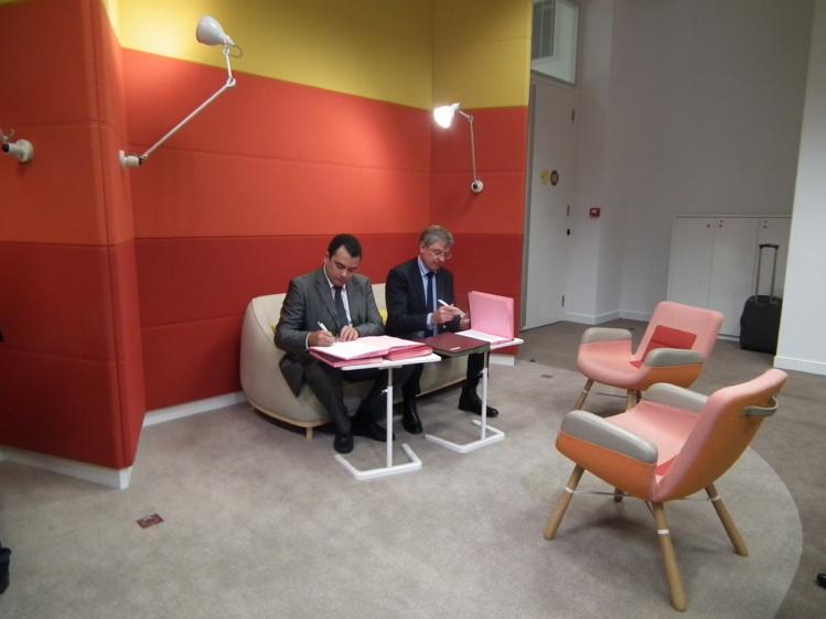 Teva Rohfritsch, ministre de la Relance économique, et Joël Darnaud, directeur exécutif de la BPI ont signé la création du prêt de développement pour les TPE polynésiennes.
