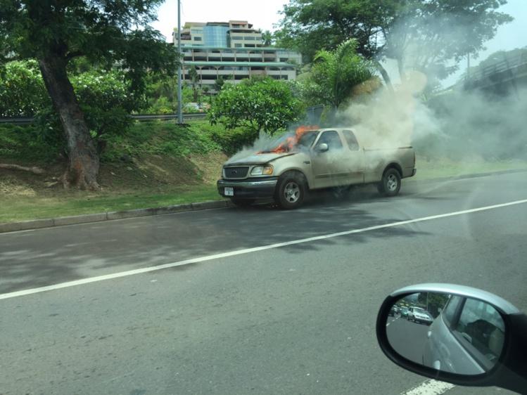 Une voiture prend feu à l'entrée de Papeete