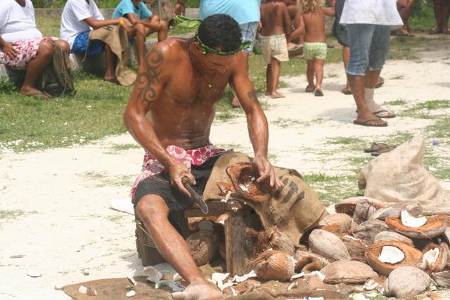 Parmi les épreuves, on retrouvait aussi le décorticage de cocos, qui a remporté un franc succès auprès des habitants.