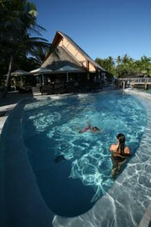 Après l'effort, le réconfort. Farniente à l'hôtel Maitai Rangiroa, où Tahiti Infos a jeté son sac. La piscine est une petite merveille surplombant le lagon.