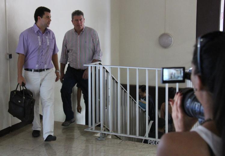Me Mourad Mikou (à g.) et son client Bruno Marty arrivent au tribunal et s'apprêtent à demander un délai pour préparer leur défense.
