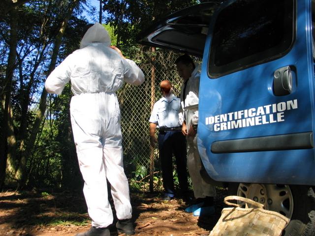 A l'endroit où agonisaient les deux corps calcinés, les gendarmes retrouvent un couteau, un briquet et le bouchon d'un jerrican d'essence. (Illustration)