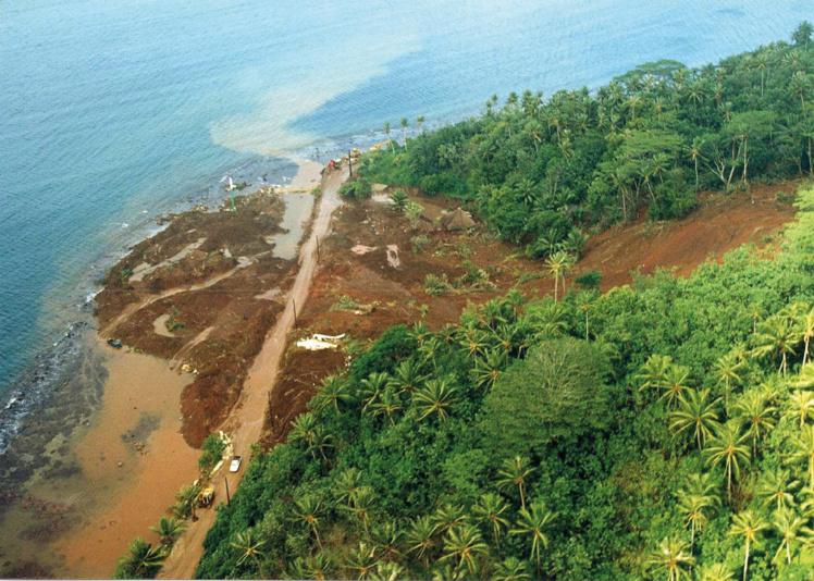 Coulée de boue à Tahaa, en avril 1998. (source : Laboratoire des travaux publics de Polynésie française)