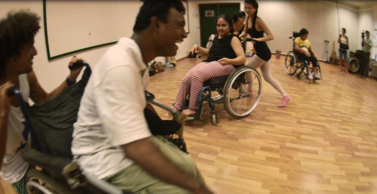 Danse en fauteuil roulant ou au sol, c'est tout en poésie qu'ils s'exprimeront avec leurs corps.