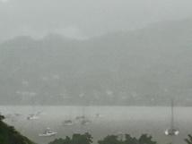 Voilà ce qu'on appelle littéralement un rideau de pluie, ici à Nuku Hiva ce jeudi matin.