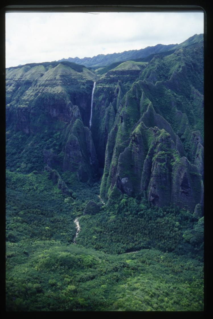 La grande cascade de Vaipo, à Hakaui, vue d'hélicoptère. L'approche aérienne est magique.