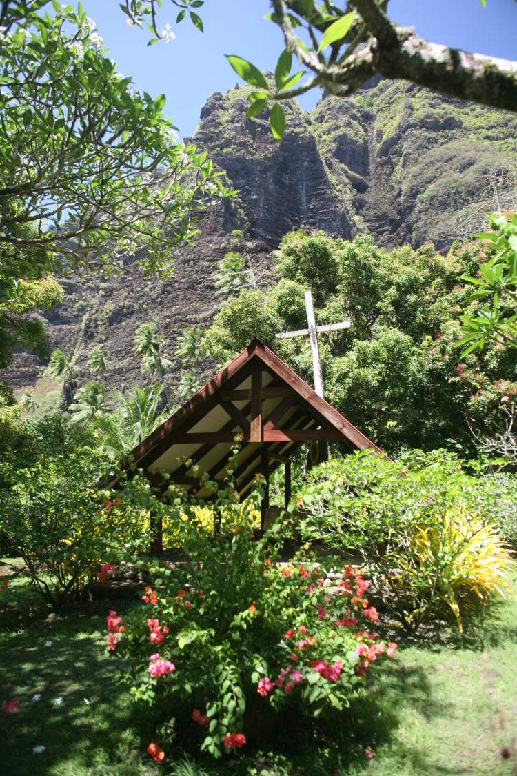 Une petite chapelle est entretenue non loin du cours d'eau ayant creusé la vallée.
