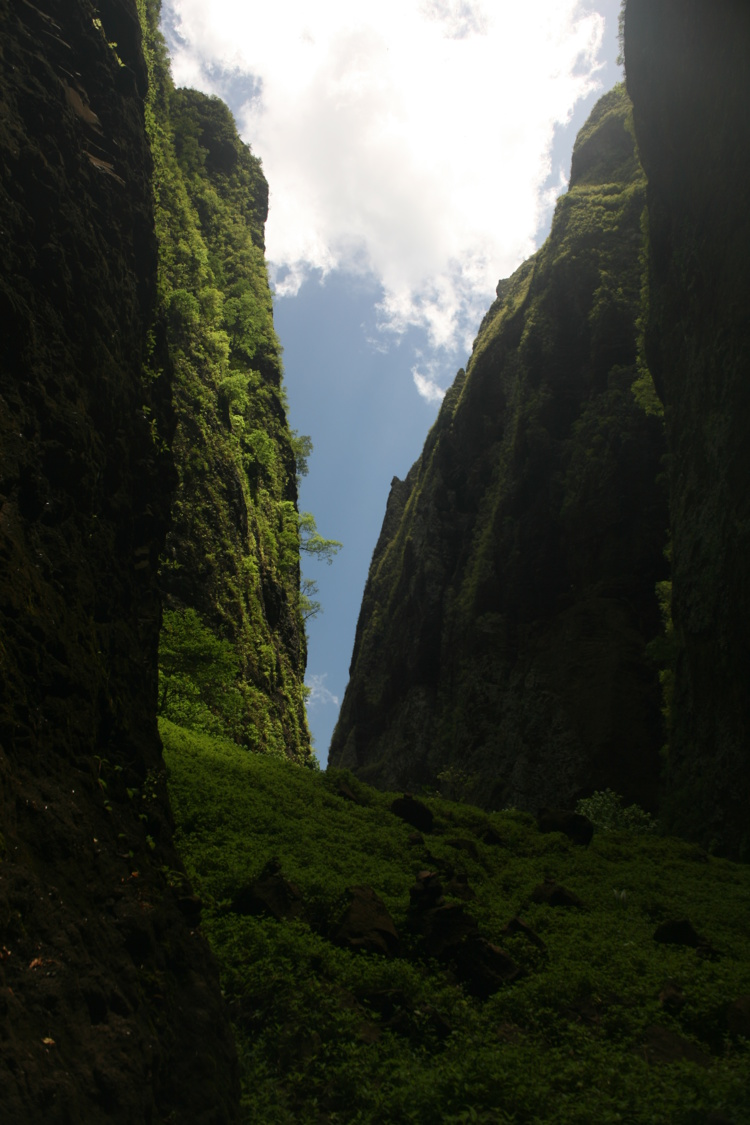 Au fond de la vallée, au pied de la cascade, quand on se retourne, l'impression d'être prisonnier du rocher est bien réelle.