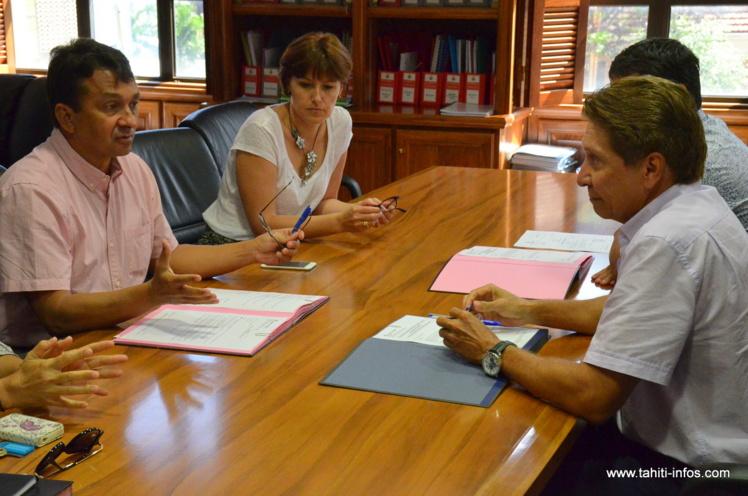 Le ministre en charge du Budget et des Finances, Nuihau Laurey, a signé avec Matahiarii Brothers, directeur général délégué de la Banque Socredo, une convention d'emprunt d'un montant de 1 milliard Fcfp, ce vendredi, pour achever le plan de financement de l'exercice 2015.