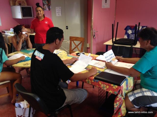 Plusieurs jeunes œuvrent au sein de la maison de quartier Hotuarea Nui, dont la principale mission est d'accompagner les familles des six quartiers qu'elle gère.