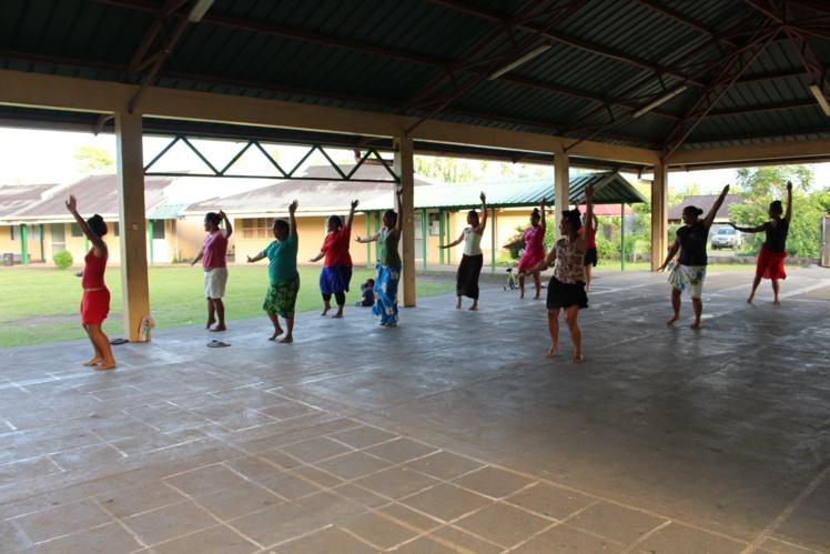 À l'école Matairea, les répétitions se font tous les jours, sous la direction de Ligeia, Fany et la conseillère municipale Nadège VANAA