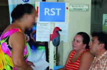 Des agents de la CPS accueillent une assurée relevant du RST pour recevoir son dossier de renouvellement de ses droits.