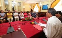 Les membres du comité de pilotage de cette conférence de la famille face à Edouard Fritch et Tea Frogier.