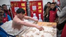 """Quasi-nu dans la glace, le """"givré"""" chinois tient plus d'une heure, sourire aux lèvres"""
