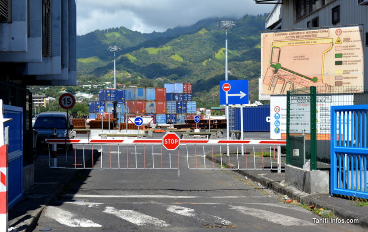 L'accès au Terminal de commerce international, normalement restreint, est aujourd'hui possible pour les particuliers ayant des colis à récupérer. Une tolérance qui va disparaitre au 1er juillet 2016.