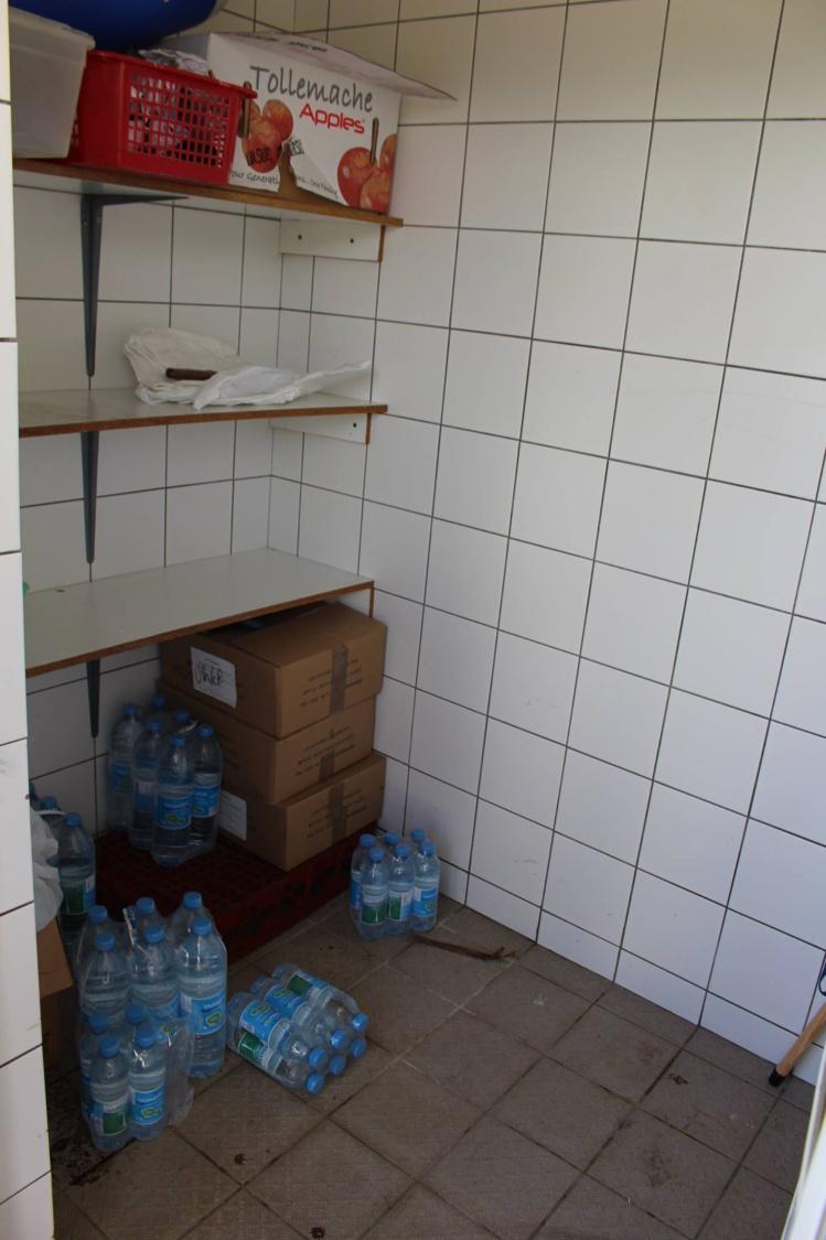 Tout a été emporté : cartons de compotes, de sao, de fromage, de lait et des packs d'eau
