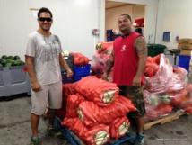 Teahi Iorss (en tricot blanc) et son frère Matahi sont dans l'agriculture depuis leur plus tendre enfance