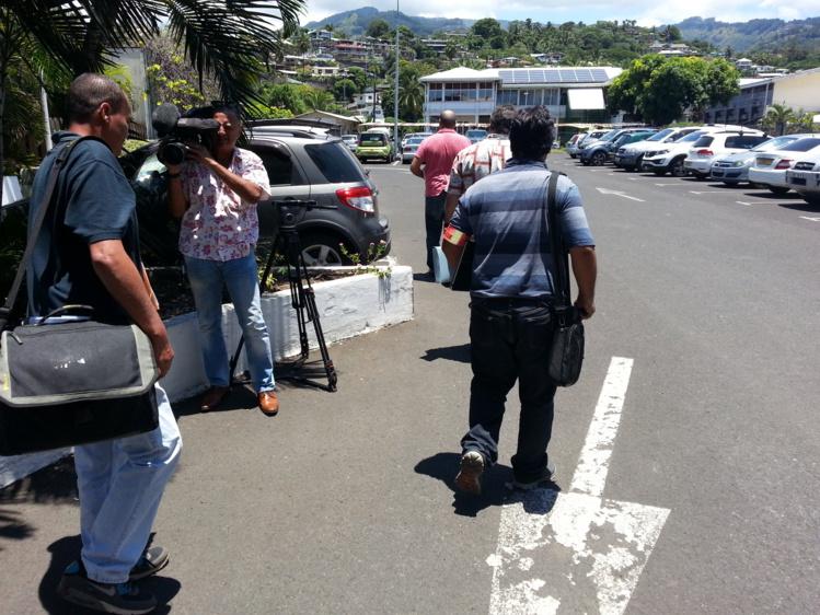 Deux perquisitions ont été ordonnées mardi matin, dans les locaux de Tahiti Nui Aménagement (et Développement (TNAD) et du ministère de l'Equipement. Les policiers repartent avec les documents sous le bras.