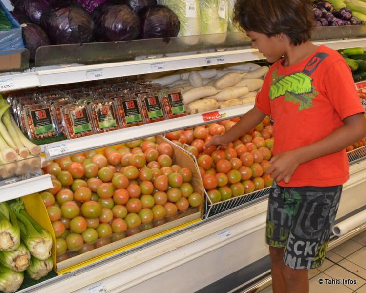 Face à la pénuries de tomates locales, les supermarchés proposent des tomates importées de Nouvelle-Zélande, loin d'être aussi appétissantes.