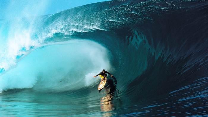 Les surfeurs du monde entier accourent pour affronter Teahupo'o grâce à l'expérience et la générosité de Raimana.