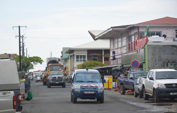 le convoi exceptionnel traverse Uturoa, une scène peu fréquente à Raiatea