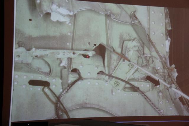 La carlingue déchirée depuis cet oeillet par lequel passait le câble n'a pu l'être que si celui-ci était encore en pleine tension, estime l'expert d'Air Moorea, insinuant que sa rupture en vol n'est pas à l'origine du crash.