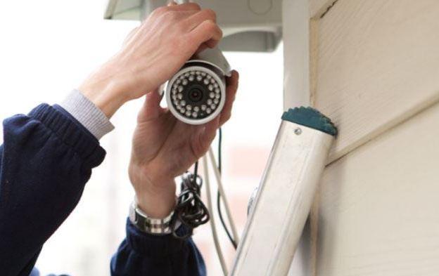 Le cambrioleur démasqué alors qu'il démonte les caméras de vidéo-surveillance