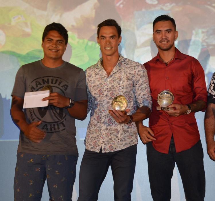 Les trois gagnants du vote du public, avec Stéphane Debaere (au milieu) qui prend la première marche du podium