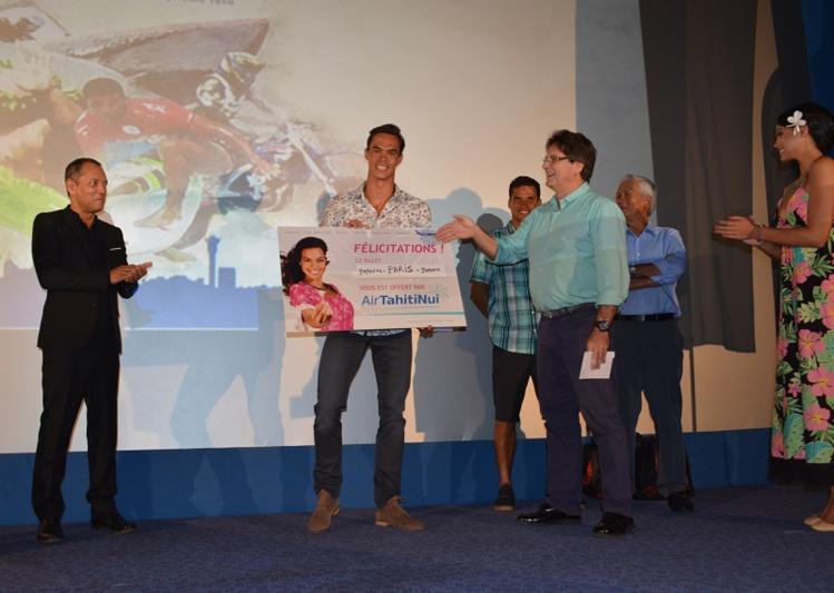 Stéphane Debaere a reçu son prix des mains du CHallenger 2015, Michel Bourez, et de Michel Monvoisin PDG Air Tahiti Nui