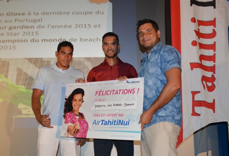 Jonathan Torohia, gardien des Tiki Toa, a reçu son prix de Rete Ebb, le rameur de l'équipe EDT qui était sur la deuxième marche du podium l'année dernière et Torea Colas de Air Tahiti Nui