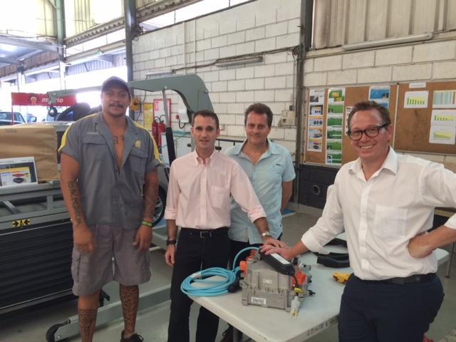 Vaiari, technicien pour les voitures électriques, Gilles Bonvarlet, président de Sodiva, Tom Griffiths, directeur de Renault Nouvelle Zélande et Patrick Saphar, vendeur.