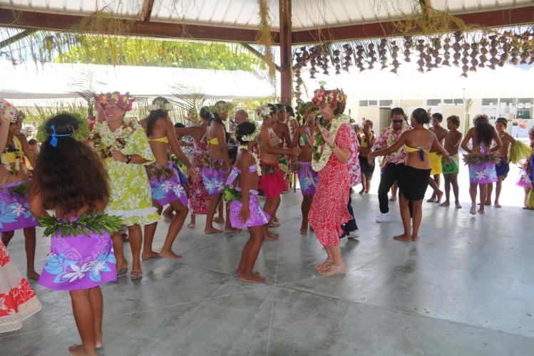 Comme le veut la tradition, les lauréats du concours de korero invitent les personnalités à danser avec eux