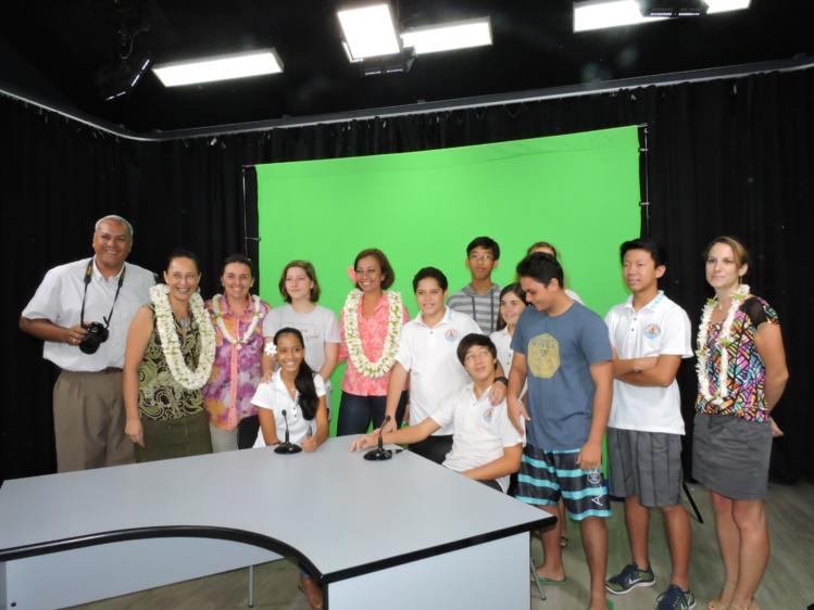 Un plateau audiovisuel de 100m2 et une équipe de cinq techniciens formés (caméraman, cadreur, technicien du son et monteur) sont désormais à disposition des enseignants.