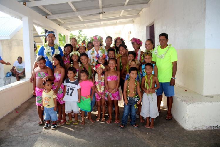 Nicole Sanquer à la rencontre des élèves et des enseignants de l'école de Taenga