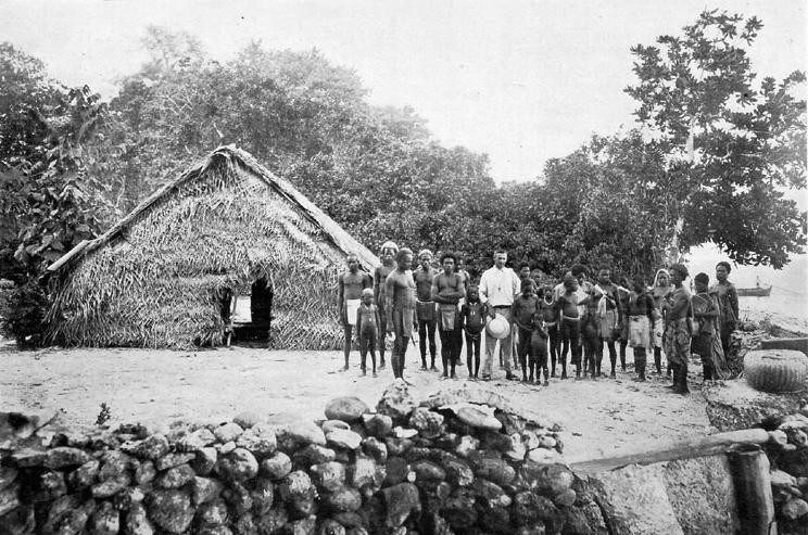 Les missionnaires anglicans s'installèrent au début du XXe siècle à Nukapu ; ici le pasteur et enseignant pose avec ses élèves, devant la petite école.