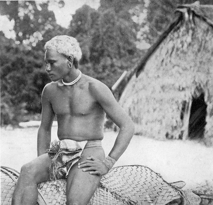 Un jeune homme de Nukapu, devant la première école des missionnaires ; c'est tout un mode de vie -et de pensée- qui fut bouleversé.